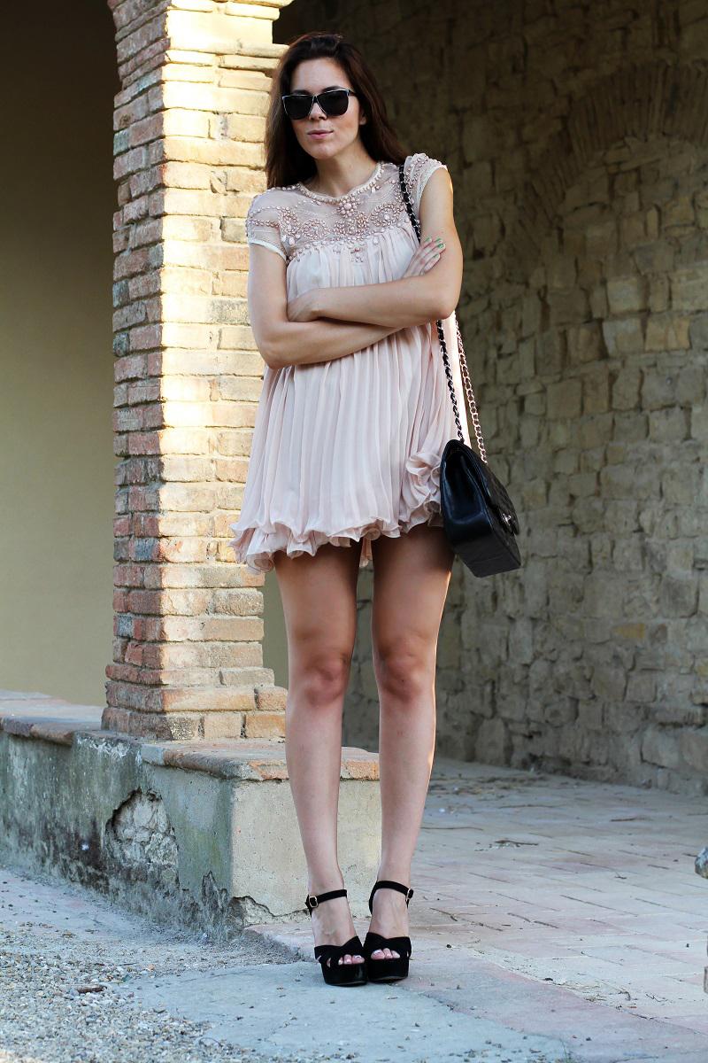 vestito elegante | abito corto | vestito rosa | abito elegante | vestito elegante | outfit chic | look elegante | borsa chanel jumbo | borsa chanel 2.55 | borsa chanel | sandali neri tacco | sandali neri