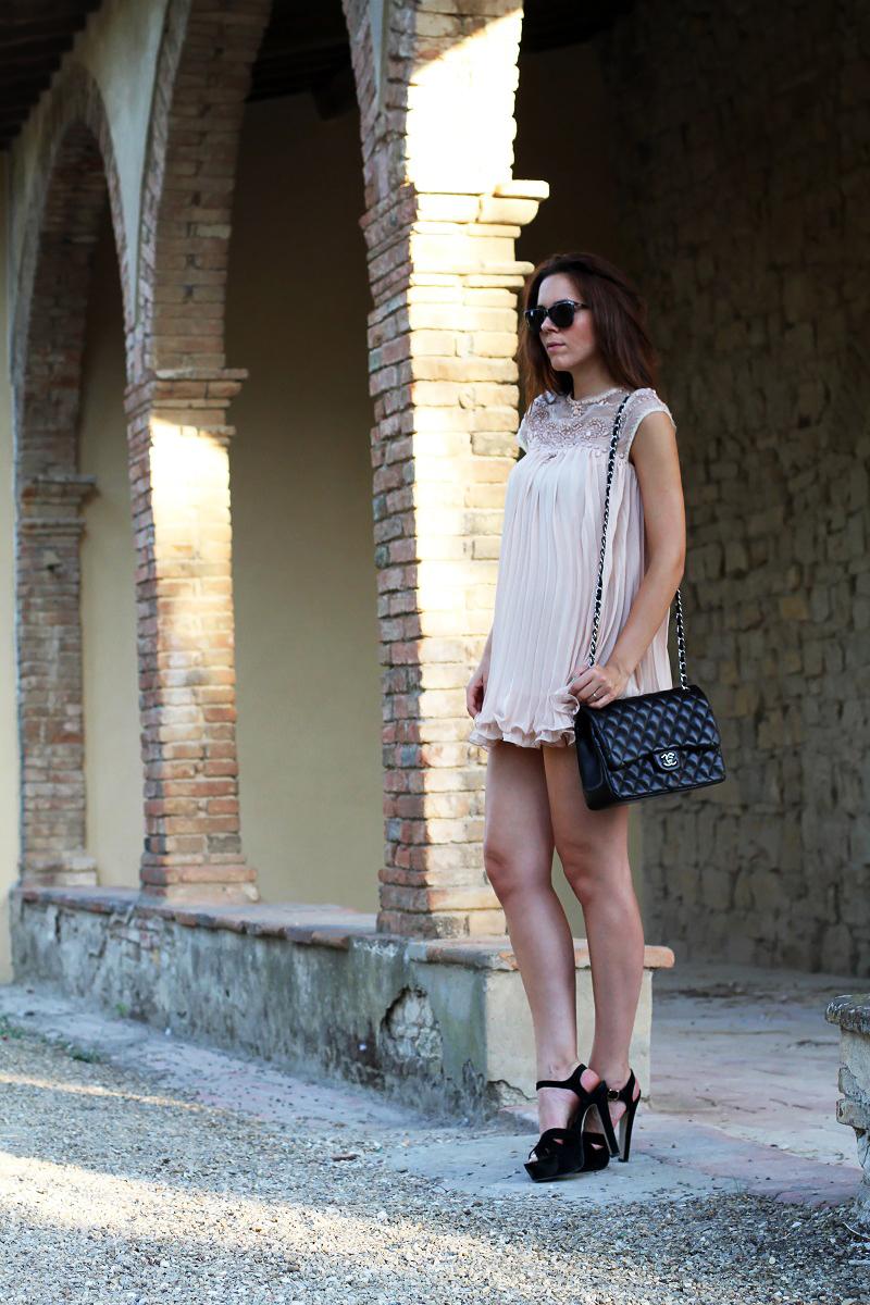 vestito elegante | abito corto | vestito rosa | abito elegante | vestito elegante | outfit chic | look elegante | borsa chanel jumbo | borsa chanel 2.55 | borsa chanel | sandali neri tacco | sandali neri 1