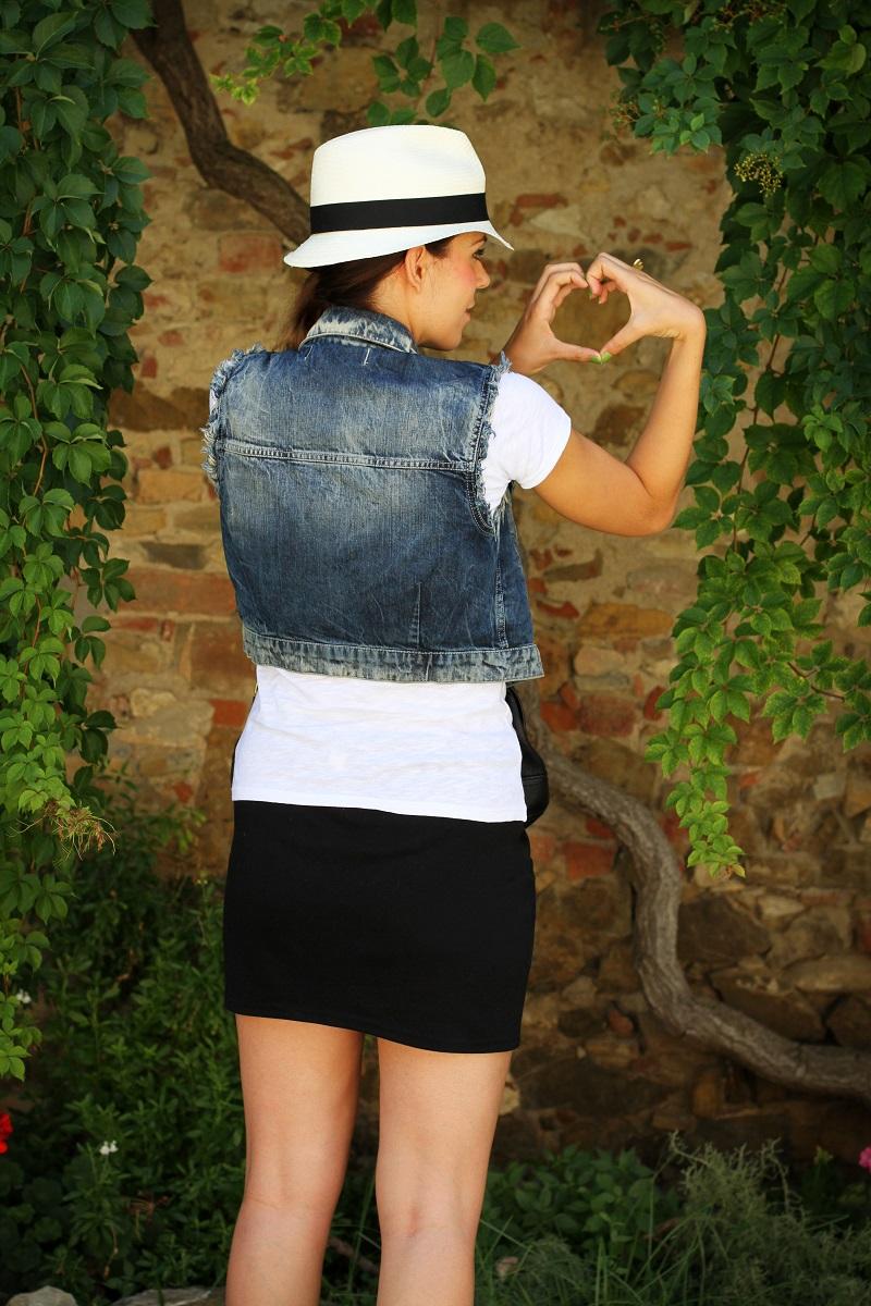 chapeau | borsalino | cappello borsalino | cappello in paglia | ragazza shatush | shatush | tee stampa | tshirt bianca | gonna pelle | gilet jeans | gilet denim | lato b | cuore mani | cuore dita