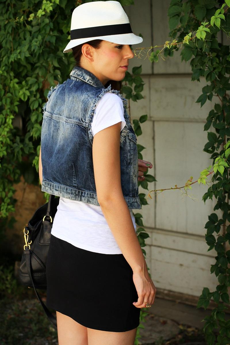 chapeu | borsalino | cappello borsalino | cappello in paglia | ragazza shatush | shatush | tee stampa | tshirt bianca | gonna pelle | gilet jeans | gilet denim 4