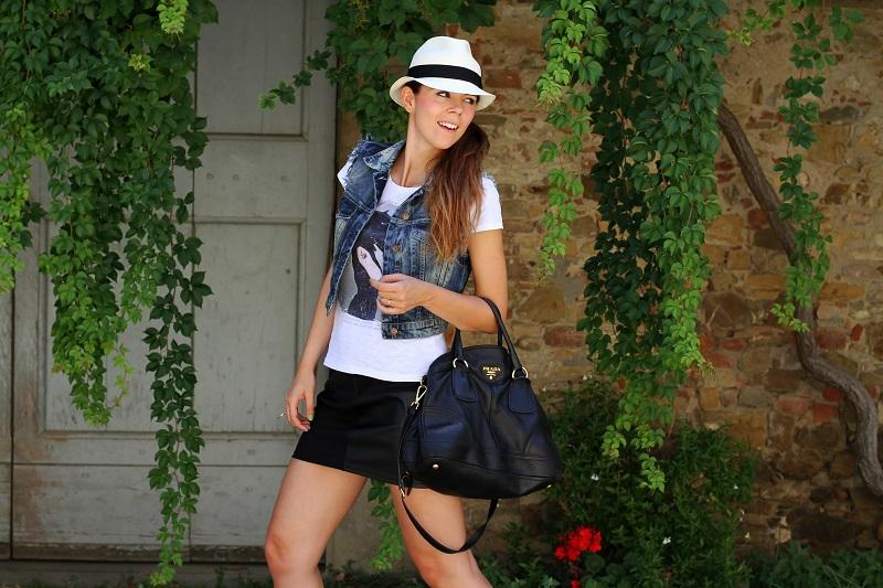 chapeu | borsalino | cappello borsalino | cappello in paglia | ragazza shatush | shatush | tee stampa | tshirt bianca | gonna pelle | gilet jeans | gilet denim 5