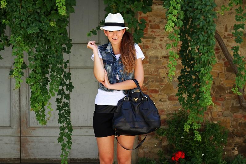 chapeau | borsalino | cappello borsalino | cappello in paglia | ragazza shatush | shatush | tee stampa | tshirt bianca | gonna pelle | gilet jeans | gilet denim 1