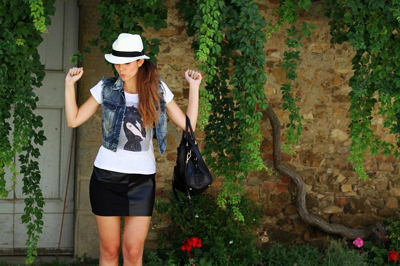 chapeu | borsalino | cappello borsalino | cappello in paglia | ragazza shatush | shatush | tee stampa | tshirt bianca | gonna pelle | gilet jeans | gilet denim 3