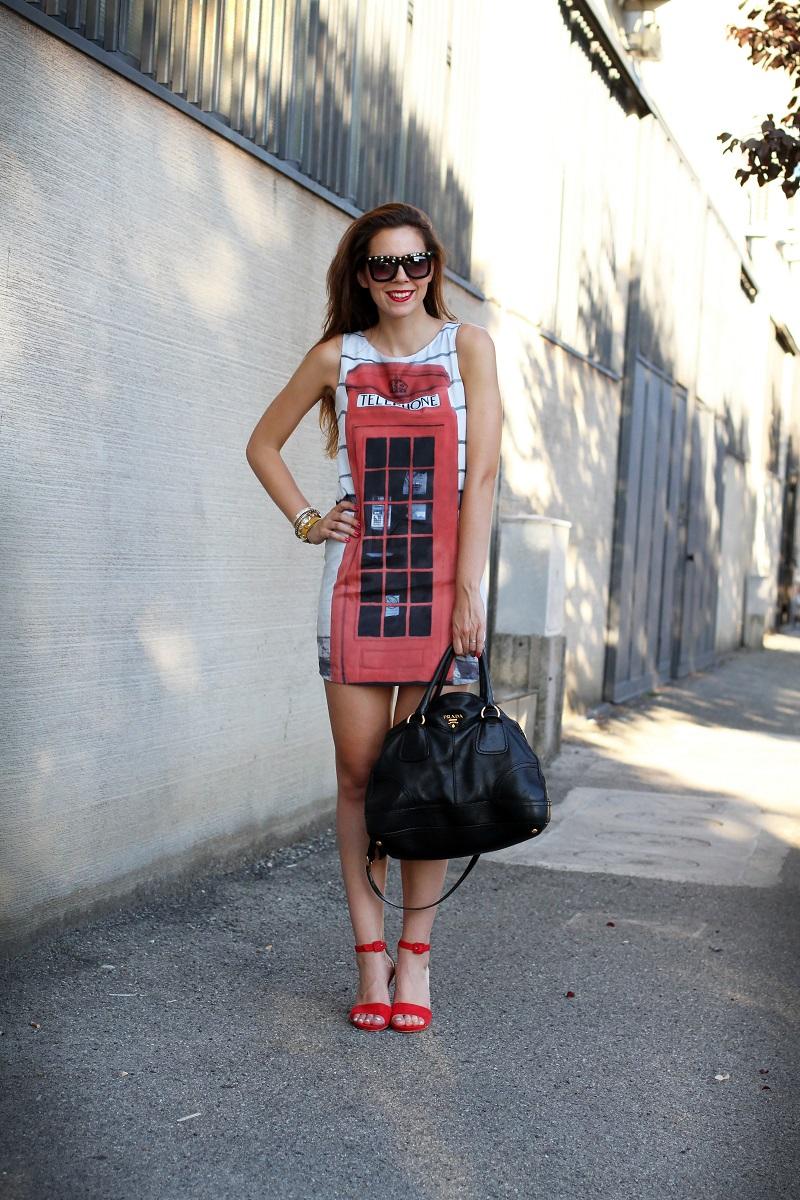 London Calling | londra | cabina telefonica londra | vestito spiritoso | occhiali borchie | sandali con cinturino rossi | borsa prada | occhiali borchie | rossetto rosso 2