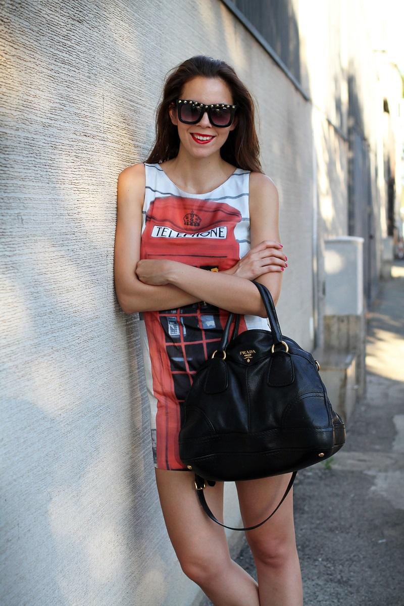 London Calling   londra   cabina telefonica londra   vestito spiritoso   occhiali borchie   sandali con cinturino rossi   borsa prada   occhiali borchie   rossetto rosso 7