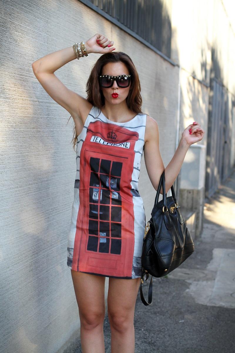 London Calling | londra | cabina telefonica londra | vestito spiritoso | occhiali borchie | sandali con cinturino rossi | borsa prada | occhiali borchie | rossetto rosso 5