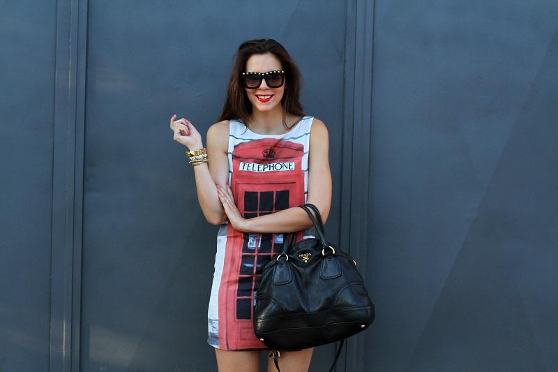 London Calling | londra | cabina telefonica londra | vestito spiritoso | occhiali borchie | sandali con cinturino rossi | borsa prada | occhiali borchie | rossetto rosso 6