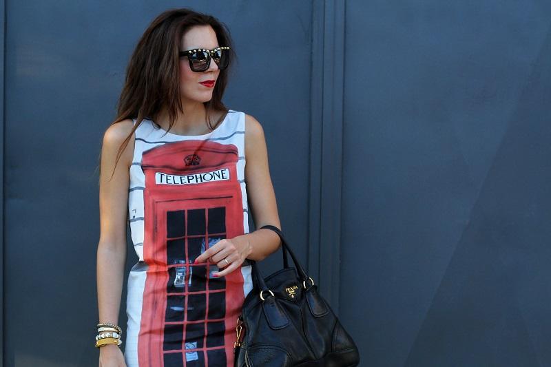 London Calling | londra | cabina telefonica londra | vestito spiritoso | occhiali borchie | sandali con cinturino rossi | borsa prada | occhiali borchie | rossetto rosso 3