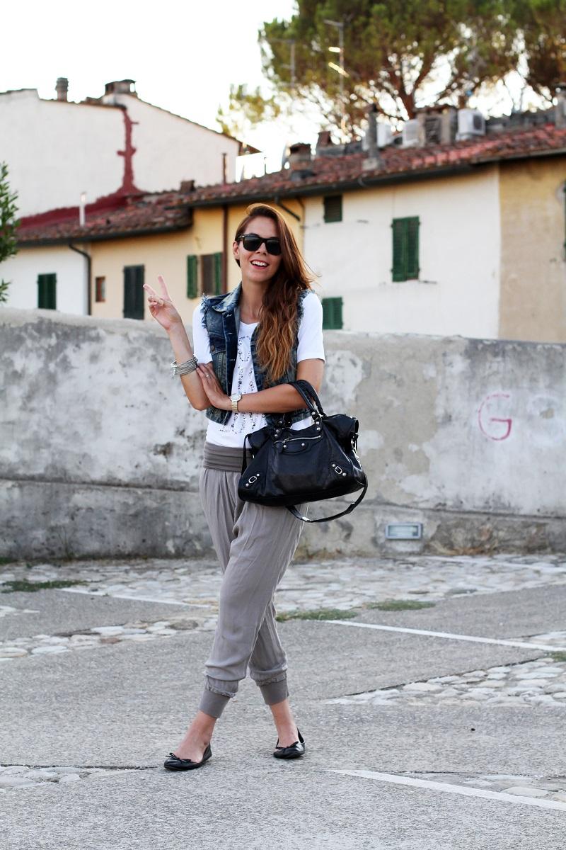 birthday girl   outfit comodo    gilet jeans    pantaloni harem   tshirt bianca love is love   ballerine nere   balenciaga city 2