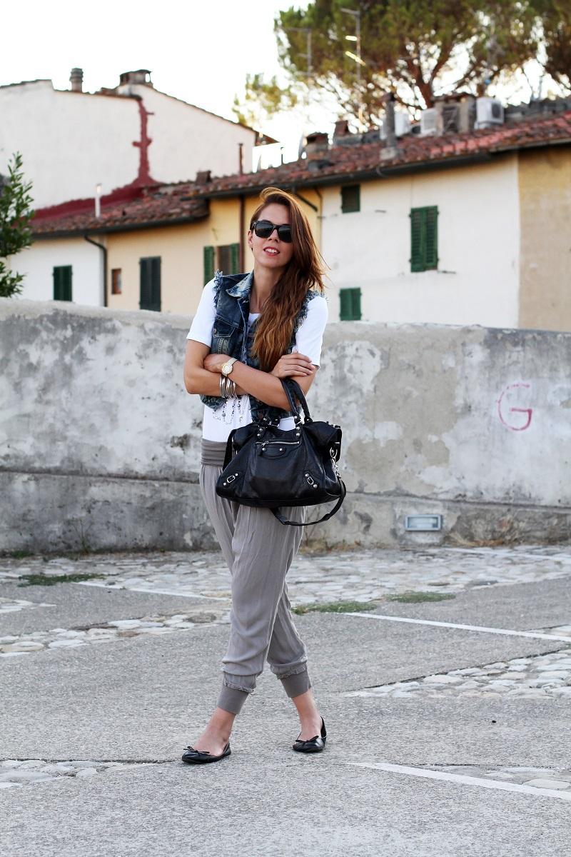 birthday girl   outfit comodo    gilet jeans    pantaloni harem   tshirt bianca love is love   ballerine nere   balenciaga city 1