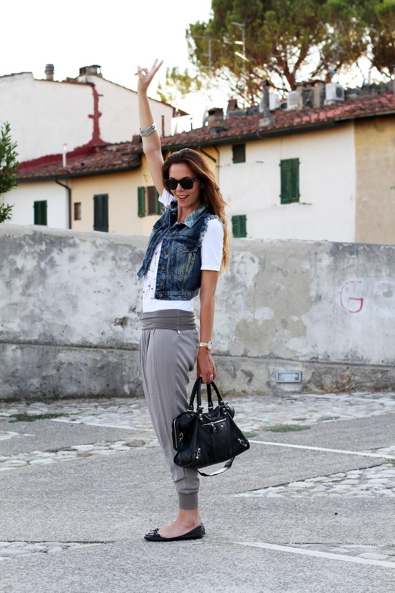 birthday girl   outfit comodo    gilet jeans    pantaloni harem   tshirt bianca love is love   ballerine nere   balenciaga city