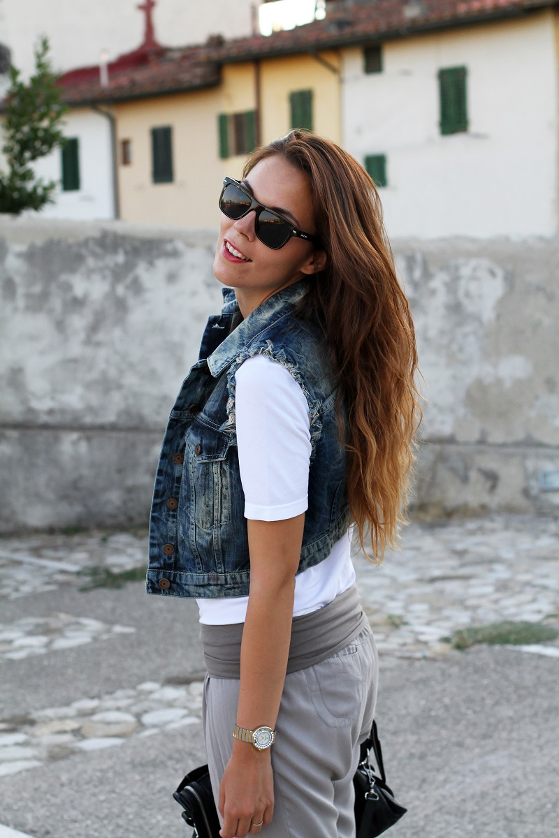 birthday girl   outfit comodo    gilet jeans    pantaloni harem   tshirt bianca love is love   occhiali da sole spektre   balenciaga city 2