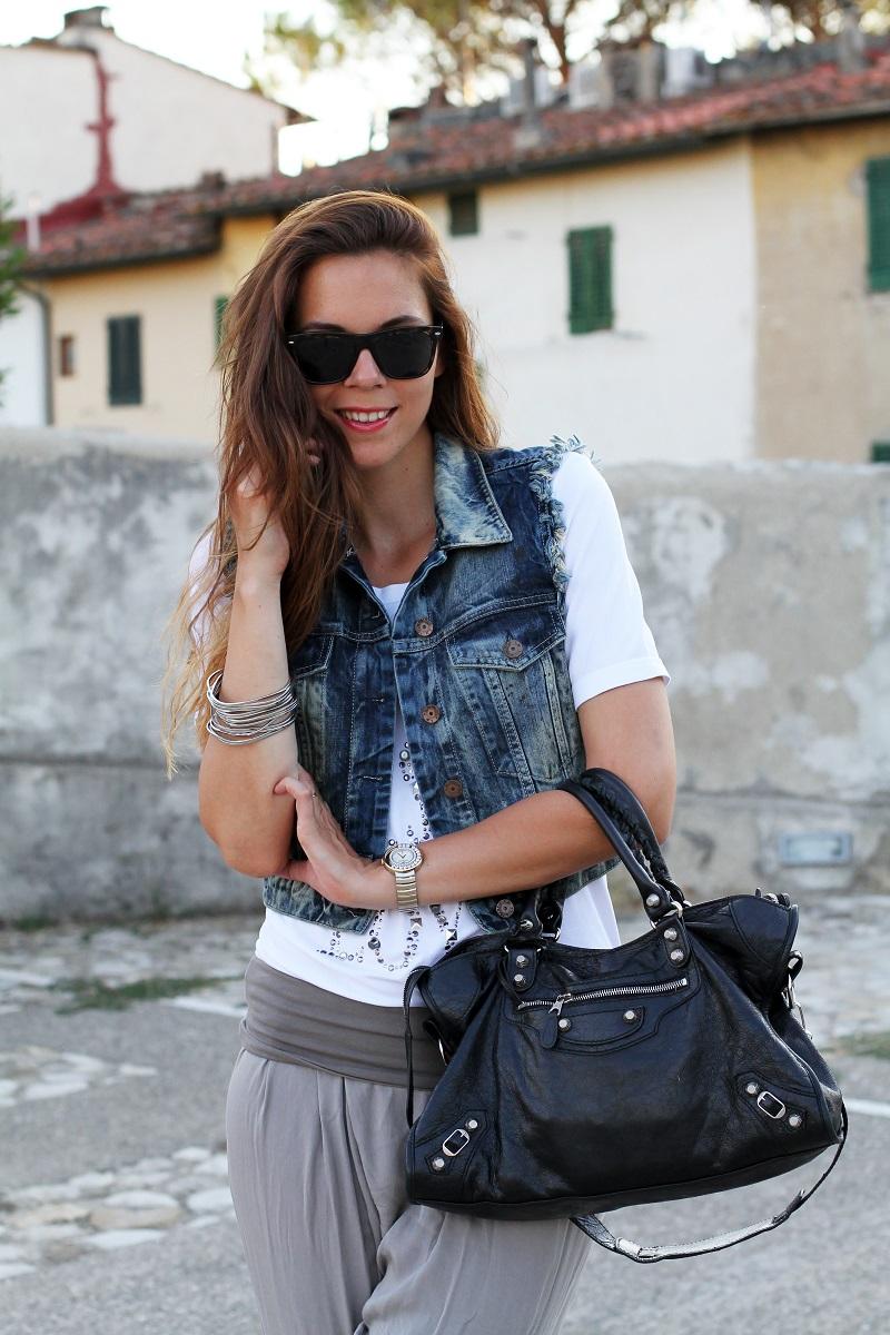 birthday girl   outfit comodo    gilet jeans    pantaloni harem   tshirt bianca love is love   occhiali da sole spektre   balenciaga city