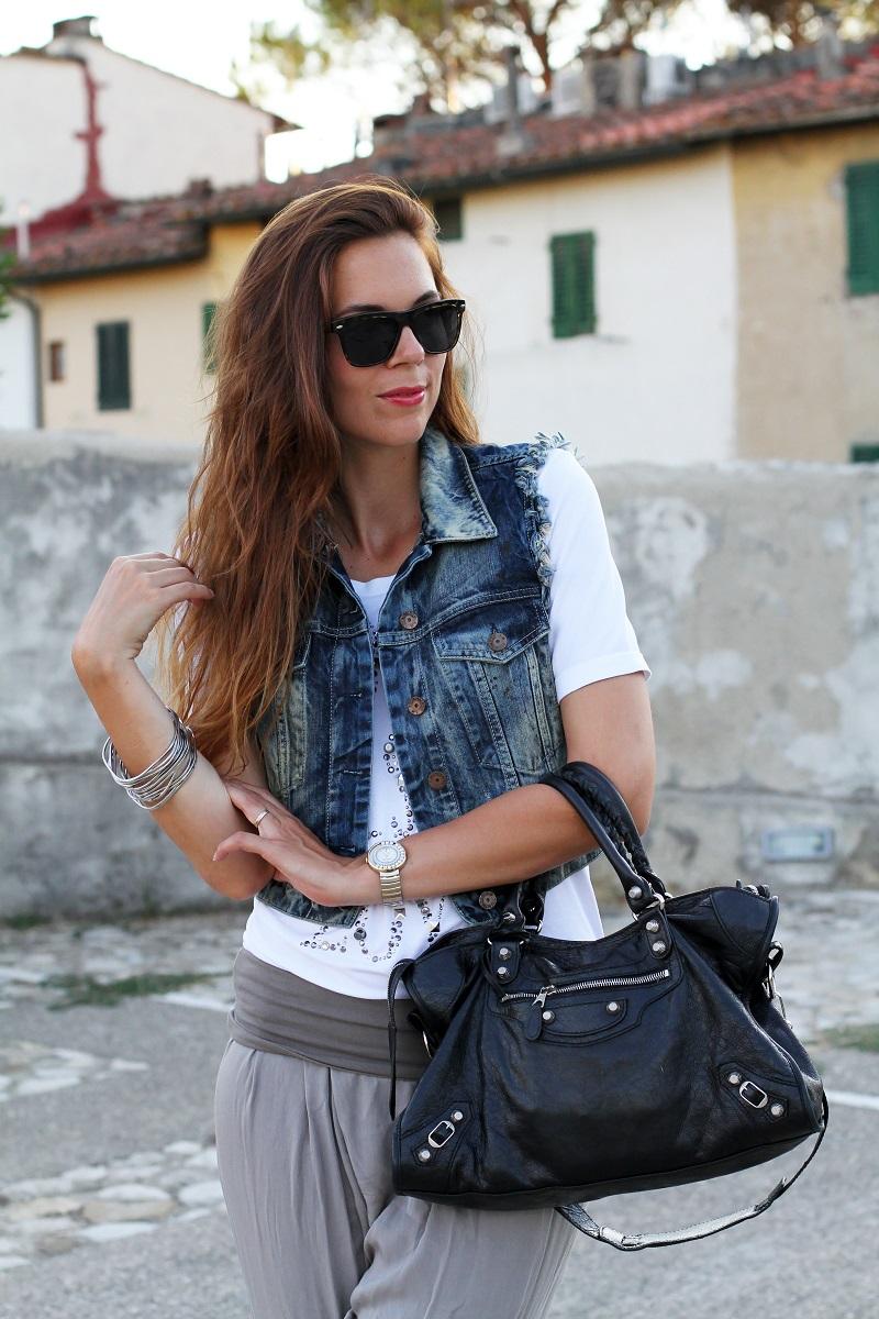 birthday girl   outfit comodo    gilet jeans    pantaloni harem   tshirt bianca love is love   occhiali da sole spektre   balenciaga city 1