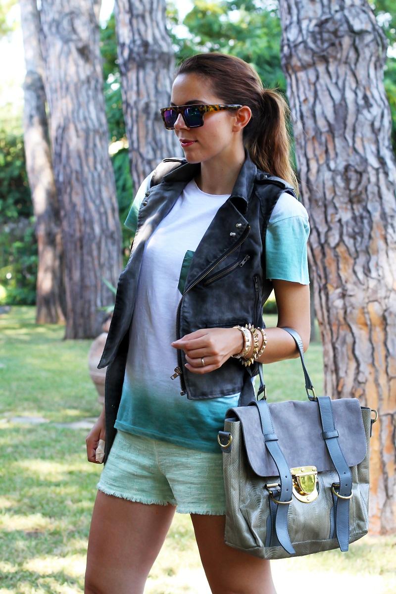 casual look | shorts verdi | gilet denim | occhiali da sole specchio | borsa su-shi bag 4