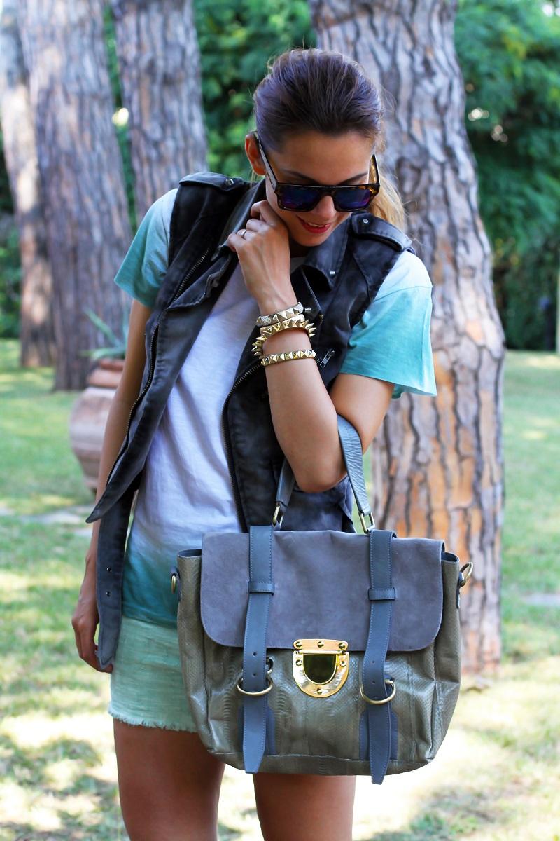 casual look | shorts verdi | gilet denim | occhiali da sole specchio | borsa su-shi bag  2