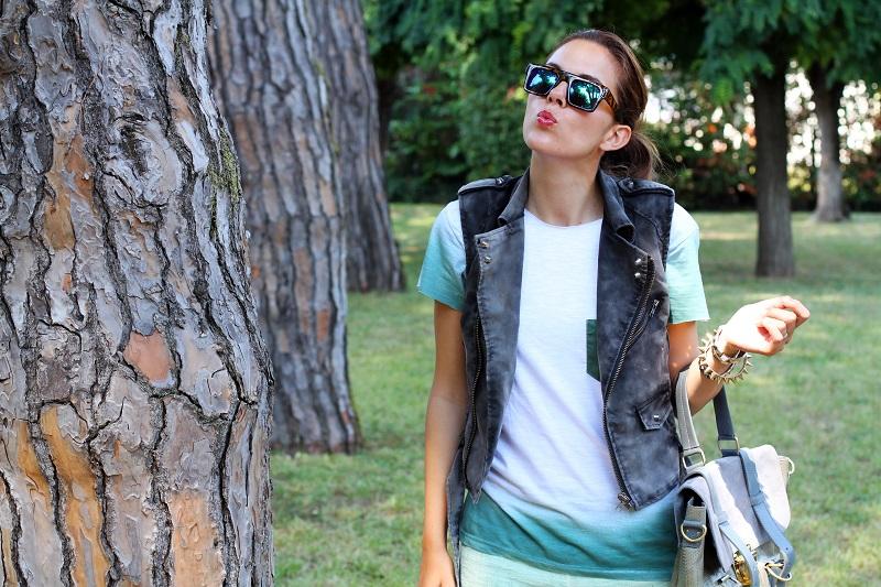 casual look | shorts verdi | gilet denim | occhiali da sole specchio | borsa su-shi bag 3
