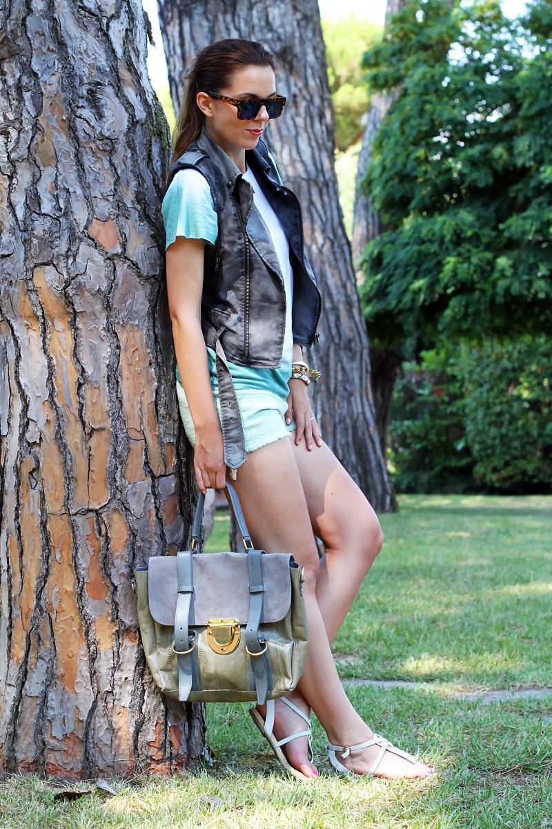 casual look  | shorts verdi | gilet denim | sandali bianchi | occhiali da sole specchio | borsa su-shi bag