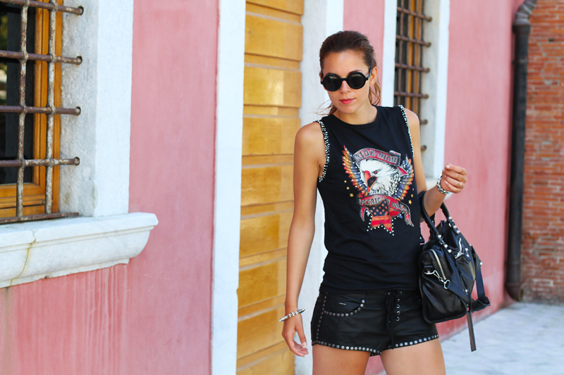 look rock | shorts pelle | outfit borchie | borsa balenciaga | fortino forte dei marmi | occhiali da sole tondi 8
