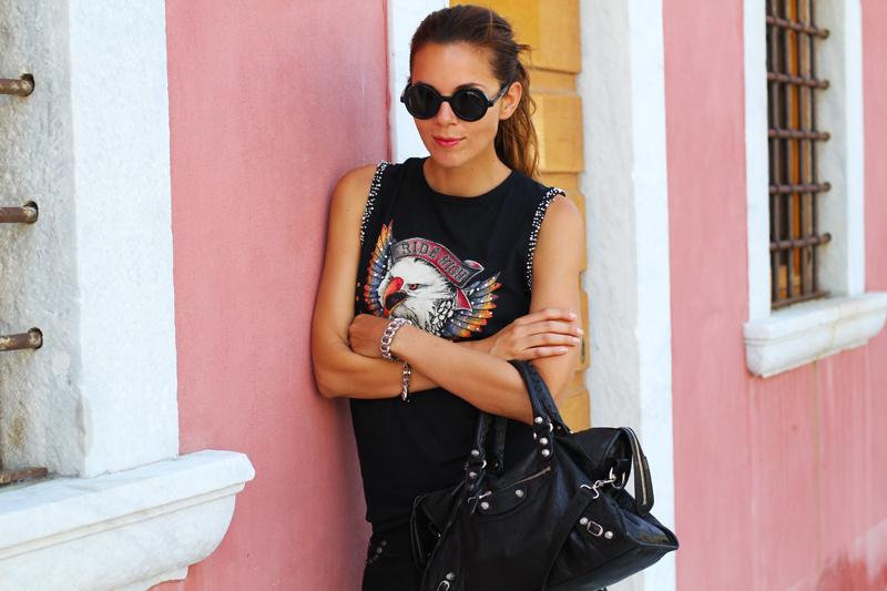 look rock | shorts pelle | outfit borchie | borsa balenciaga | fortino forte dei marmi | occhiali da sole tondi 2