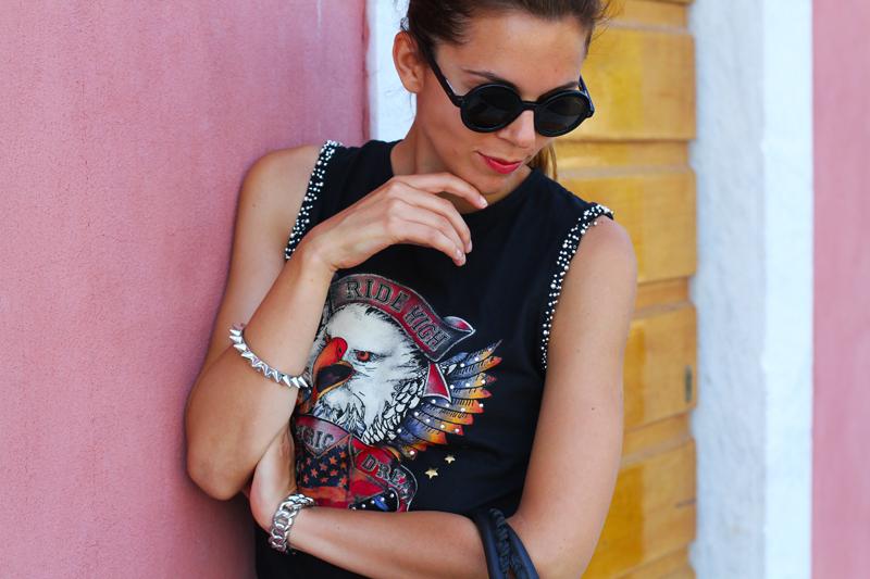 look rock | shorts pelle | outfit borchie | borsa balenciaga | fortino forte dei marmi | occhiali da sole tondi 7