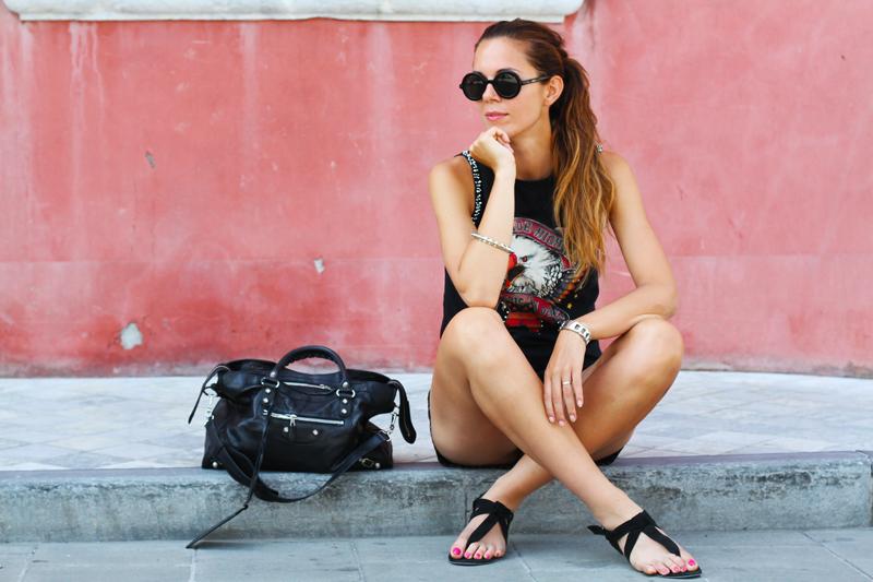 look rock | shorts pelle | outfit borchie | borsa balenciaga | fortino forte dei marmi | occhiali da sole tondi 5