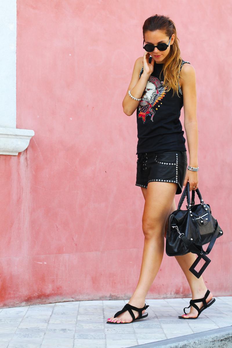 look rock | shorts pelle | outfit borchie | borsa balenciaga | fortino forte dei marmi | occhiali da sole tondi 1