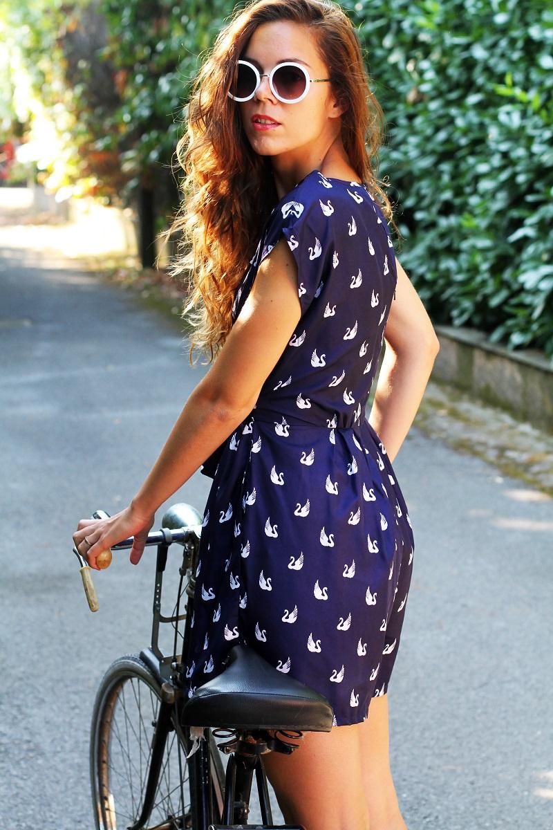 versilia in bicicletta | occhiali da sole bianchi rotondi | tuta rondini |  stampa rondini | bicicletta graziella  1