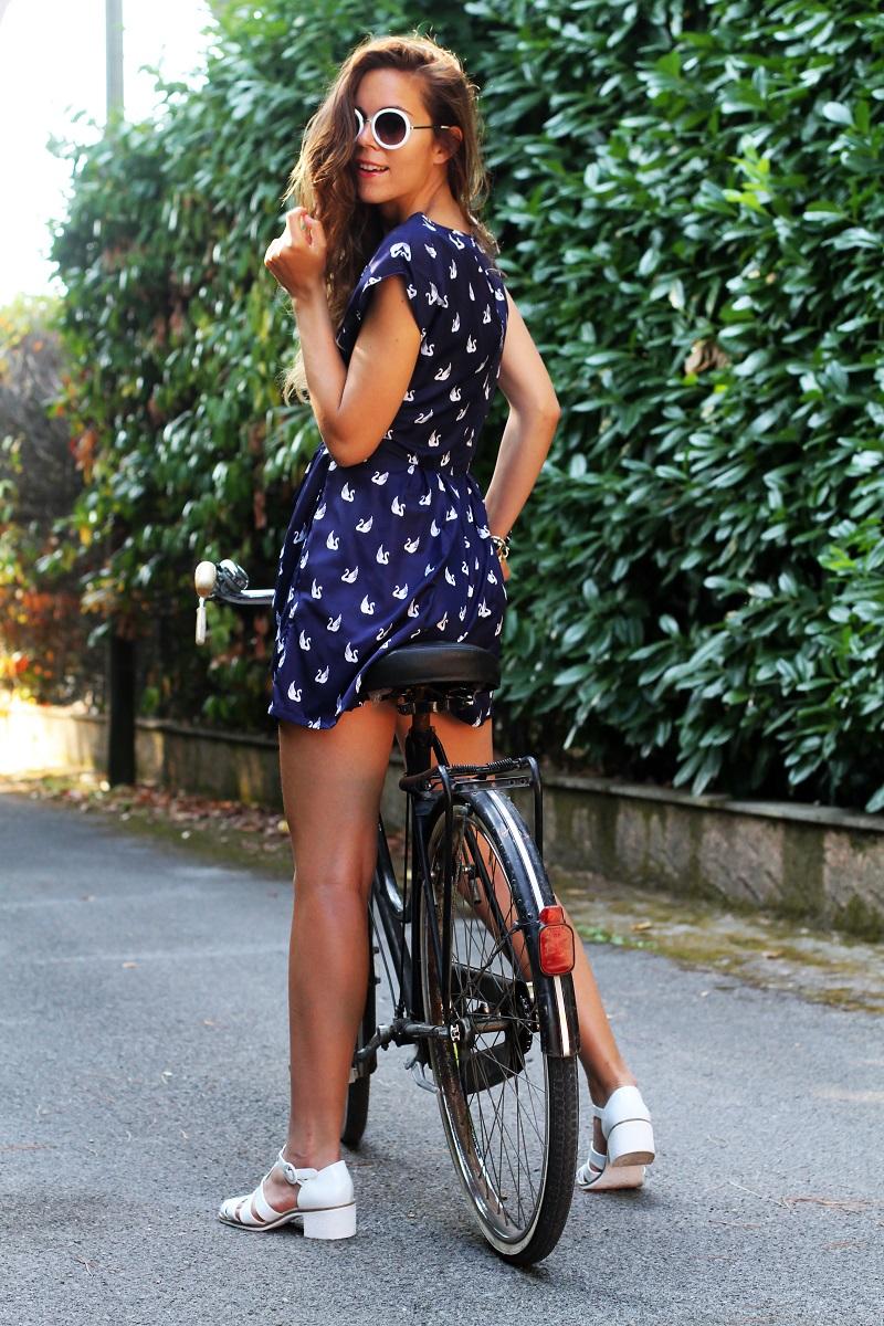versilia in bicicletta | occhiali da sole bianchi rotondi | tuta rondini |  stampa rondini | bicicletta graziella  3
