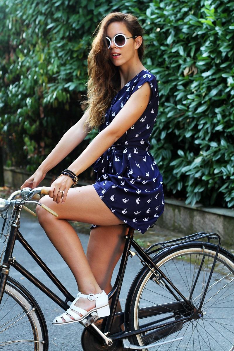 versilia in bicicletta | occhiali da sole bianchi rotondi | tuta rondini |  stampa rondini | bicicletta graziella  6