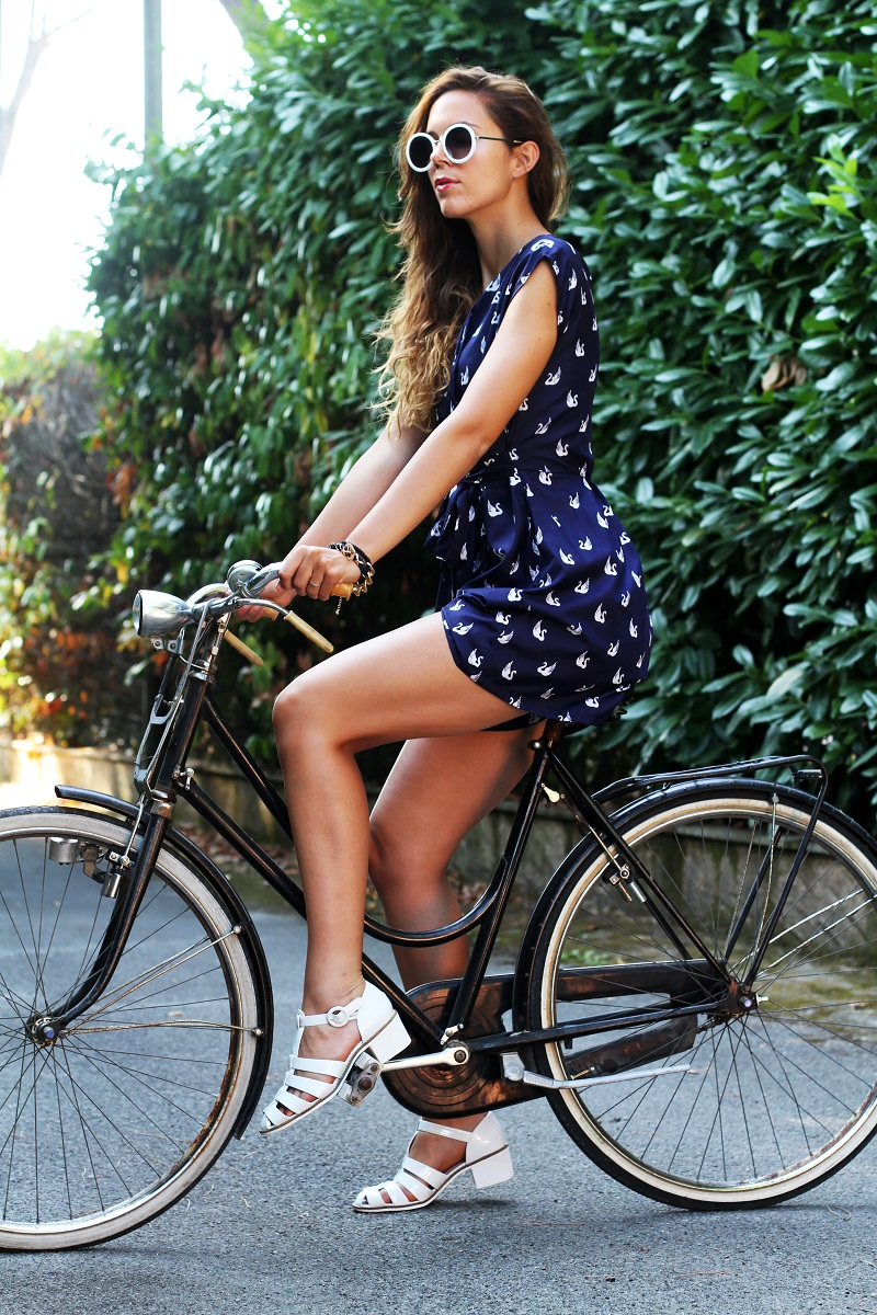 versilia in bicicletta | occhiali da sole bianchi rotondi | tuta rondini |  stampa rondini | bicicletta graziella
