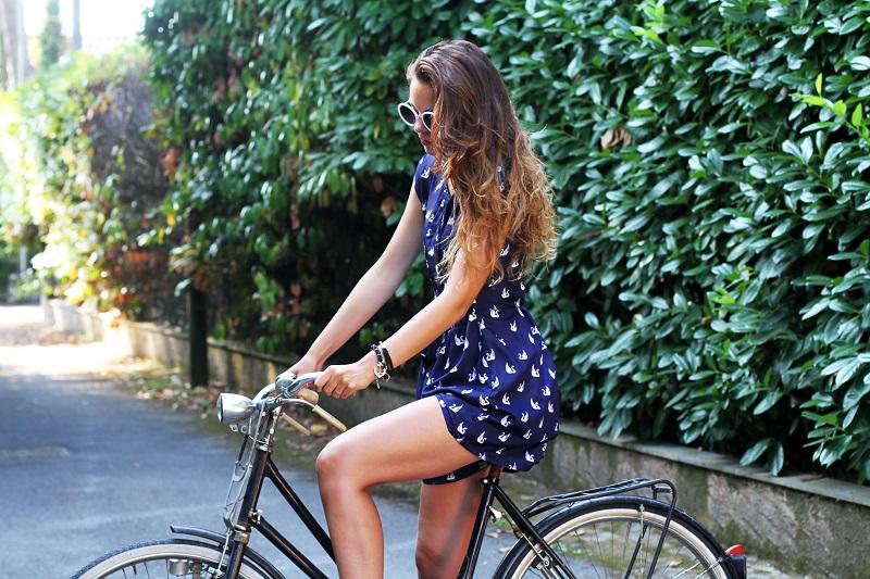 versilia in bicicletta | occhiali da sole bianchi rotondi | tuta rondini |  stampa rondini | bicicletta graziella  2