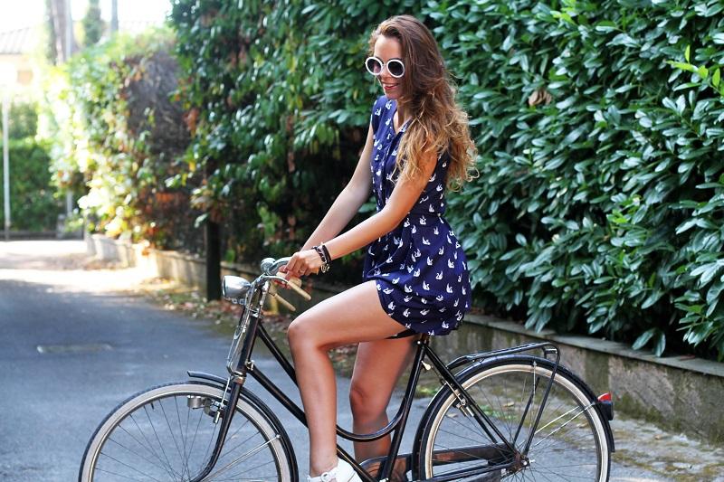 versilia in bicicletta | occhiali da sole bianchi rotondi | tuta rondini |  stampa rondini | bicicletta graziella  4
