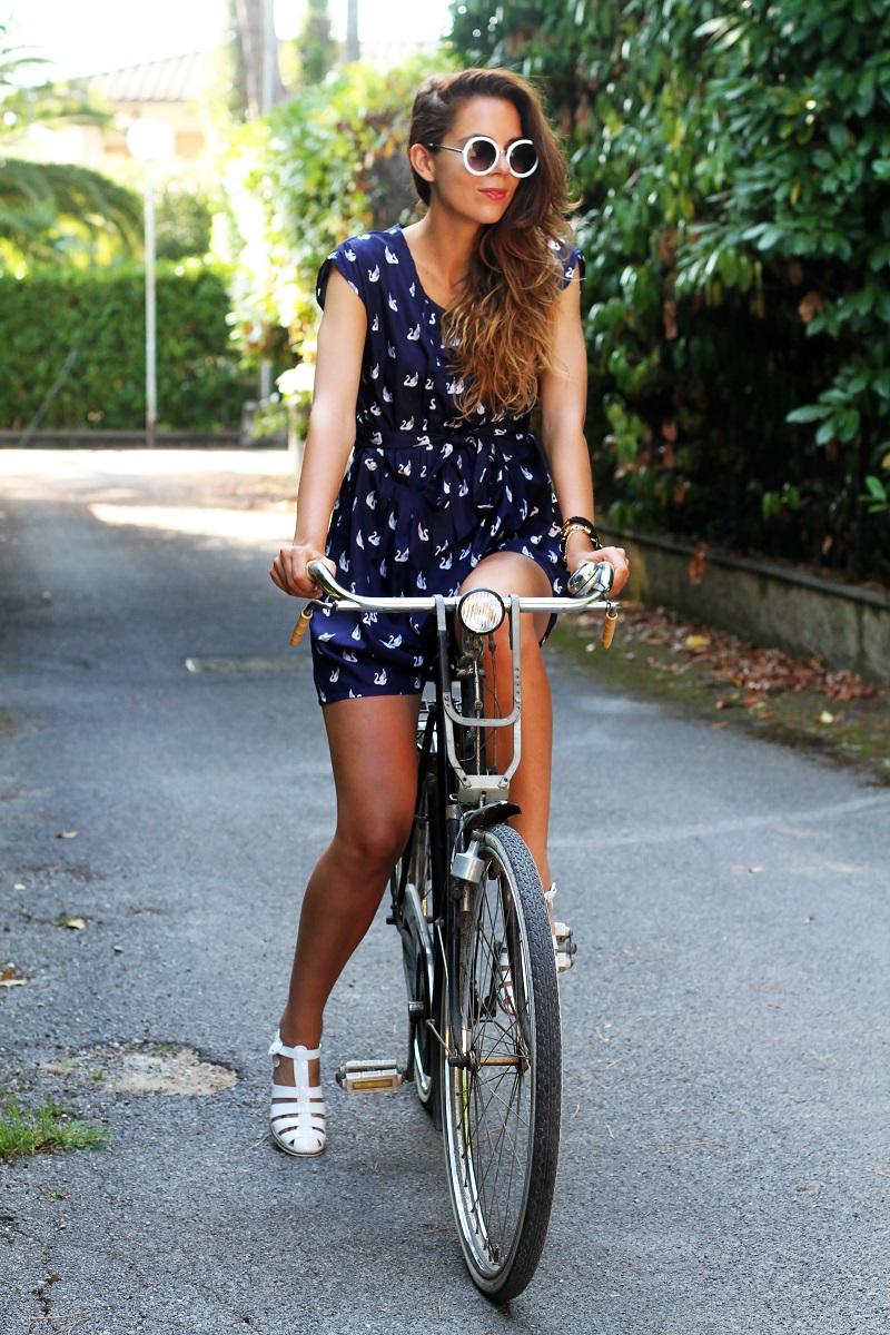 versilia in bicicletta | occhiali da sole bianchi rotondi | tuta rondini |  stampa rondini | bicicletta graziella  5
