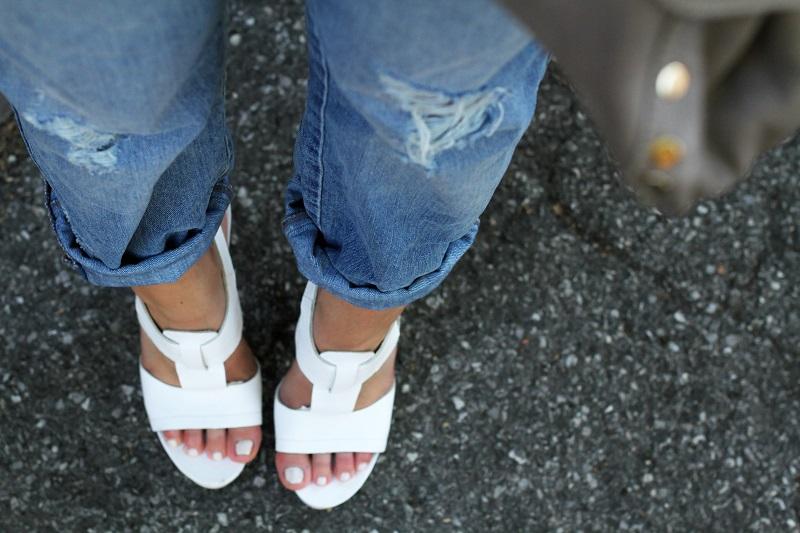 jeans strappati | jeans boyfriend | sandali bianchi