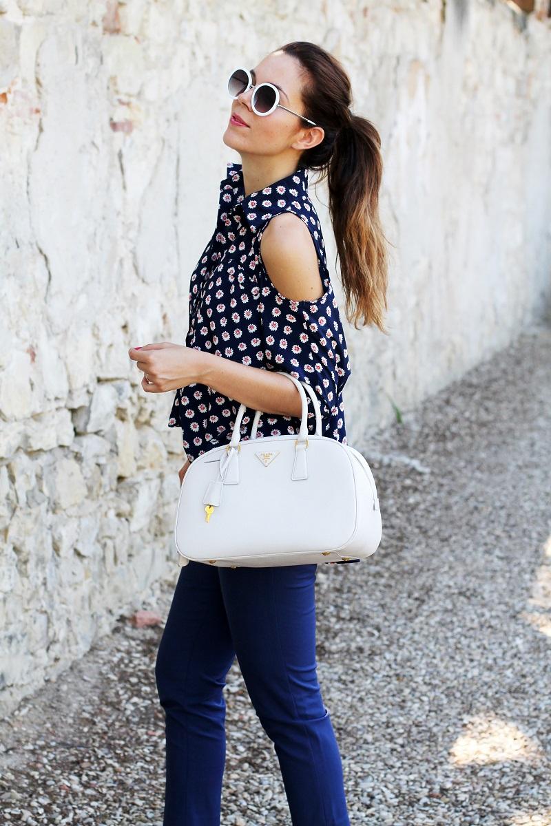 borsa prada | occhiali da sole | camicia spalle scoperte | pantaloni capri | pinocchietti  3