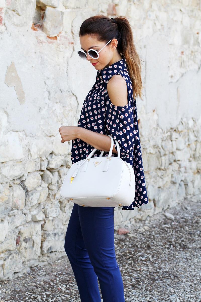 borsa prada | occhiali da sole | camicia spalle scoperte | pantaloni capri | pinocchietti  7