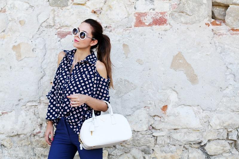 borsa prada | occhiali da sole | camicia spalle scoperte | pantaloni capri | pinocchietti  5
