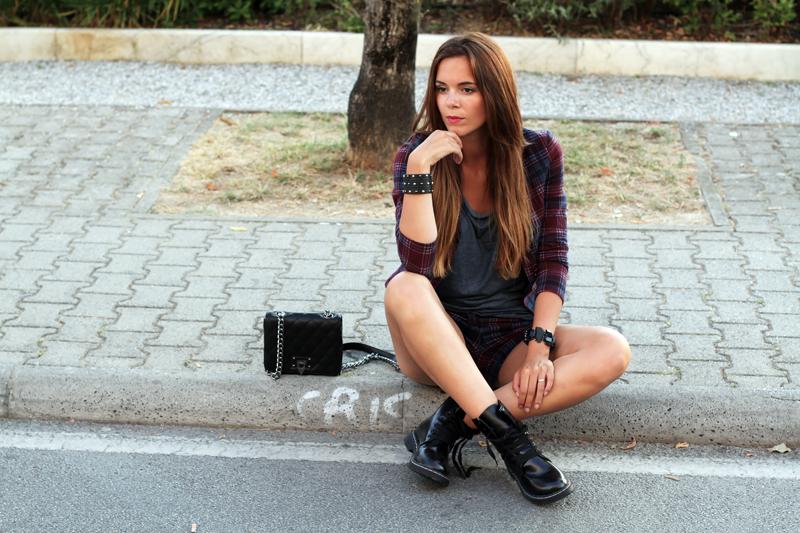 ragazza modella seduta sul marciapiede