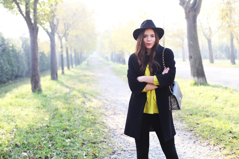 come indossare un maglione di lana giallo