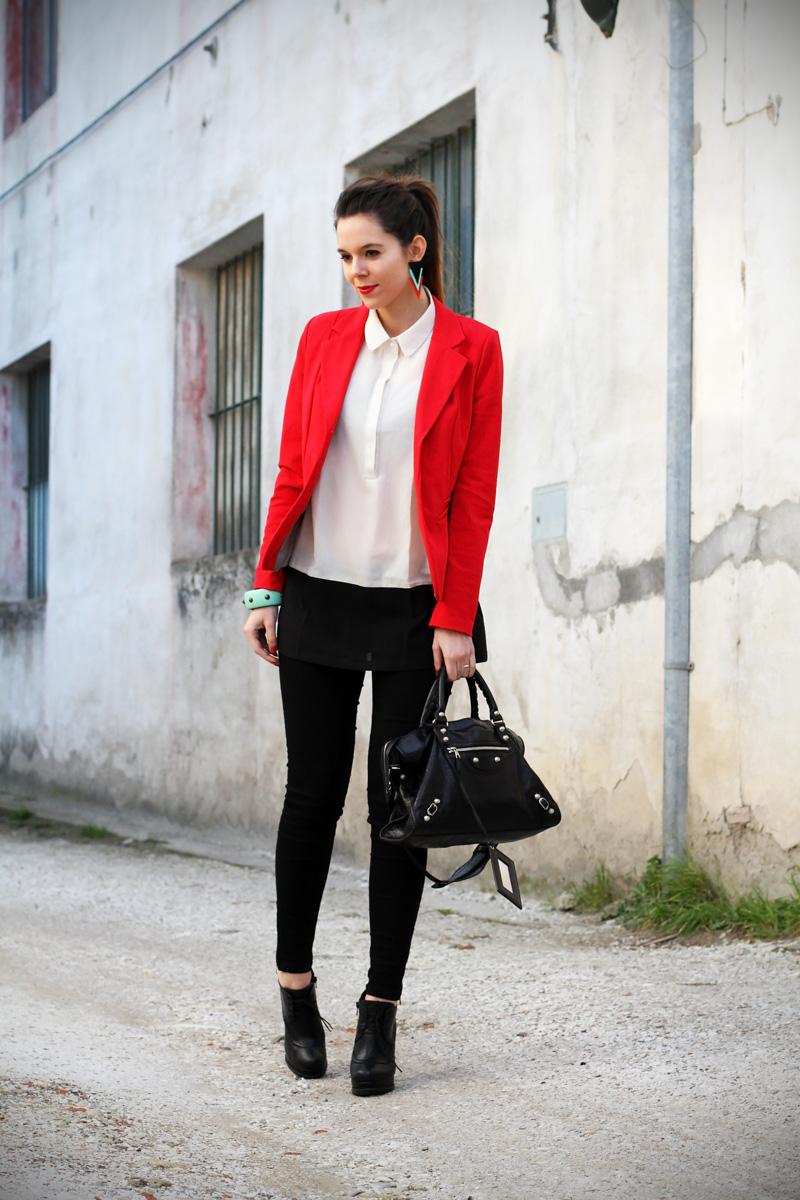 camicia bianca | giacca rossa