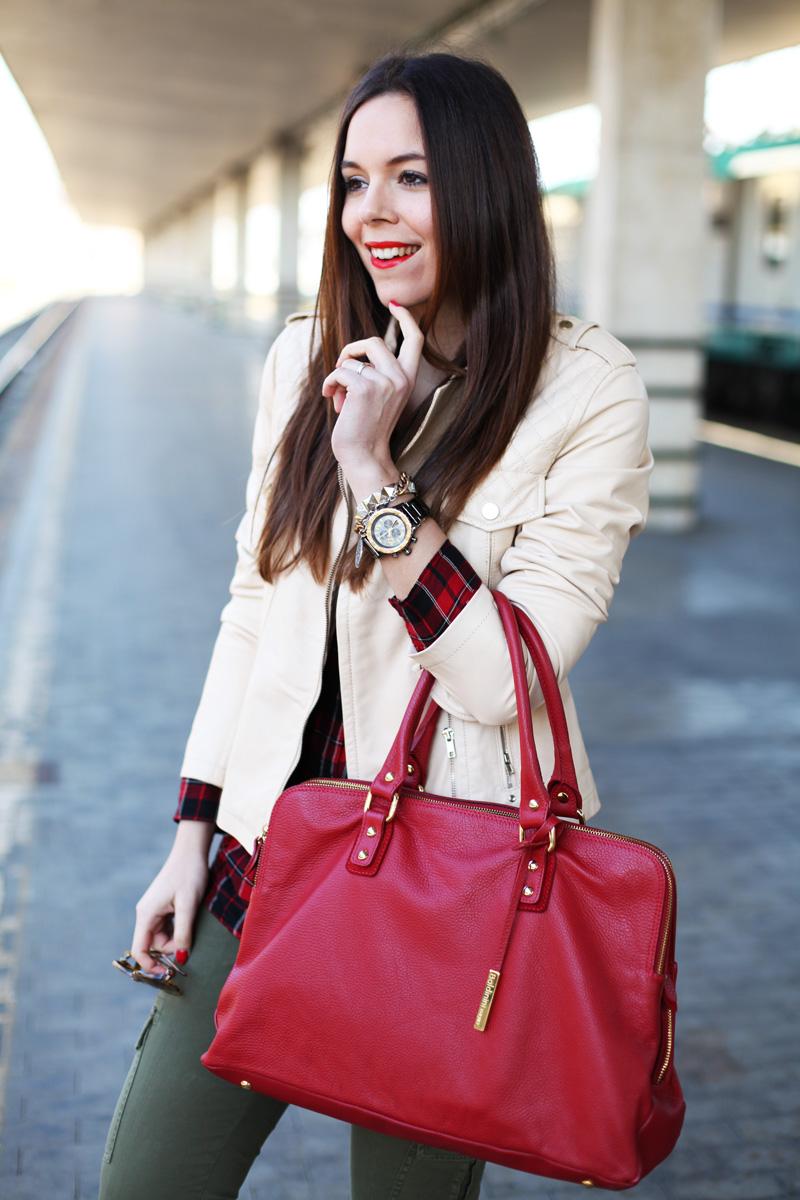 giacca di pelle beige borsa rossa pantaloni militari outfit look fashion blogger irene colzi (1)