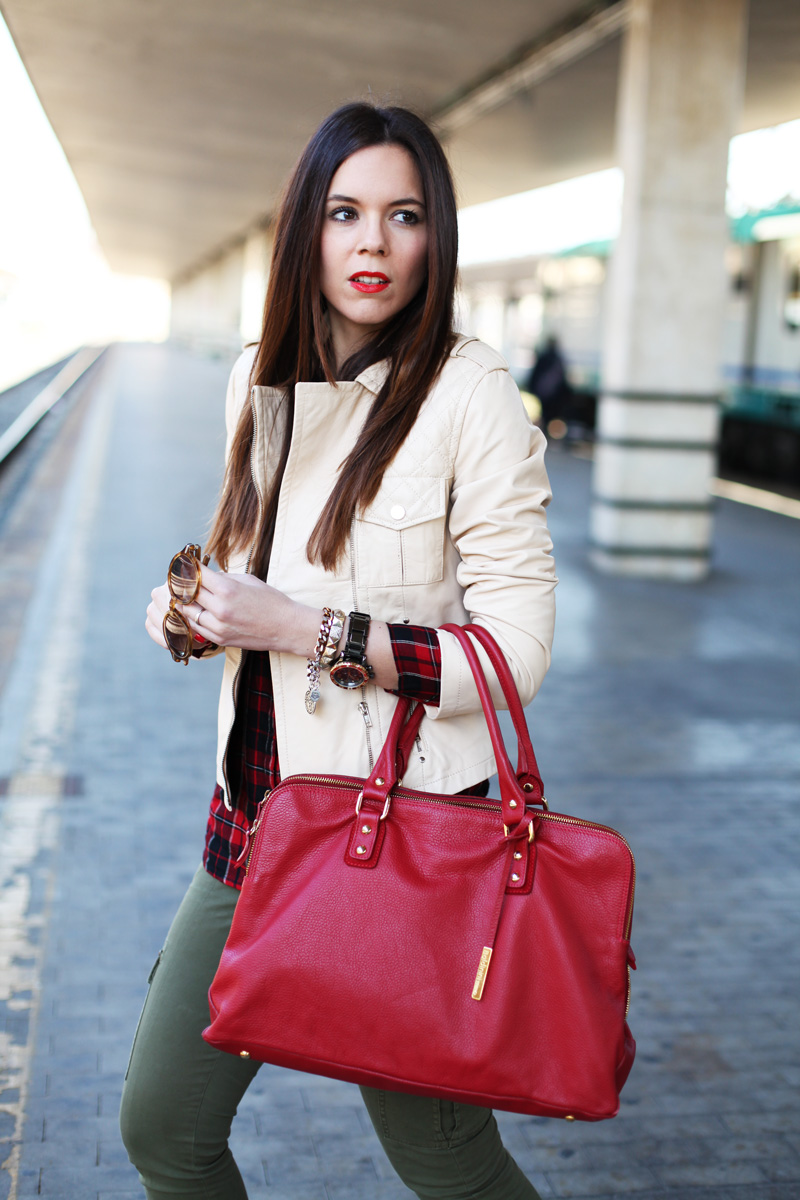 giacca di pelle beige borsa rossa pantaloni militari outfit look fashion blogger irene colzi (2)