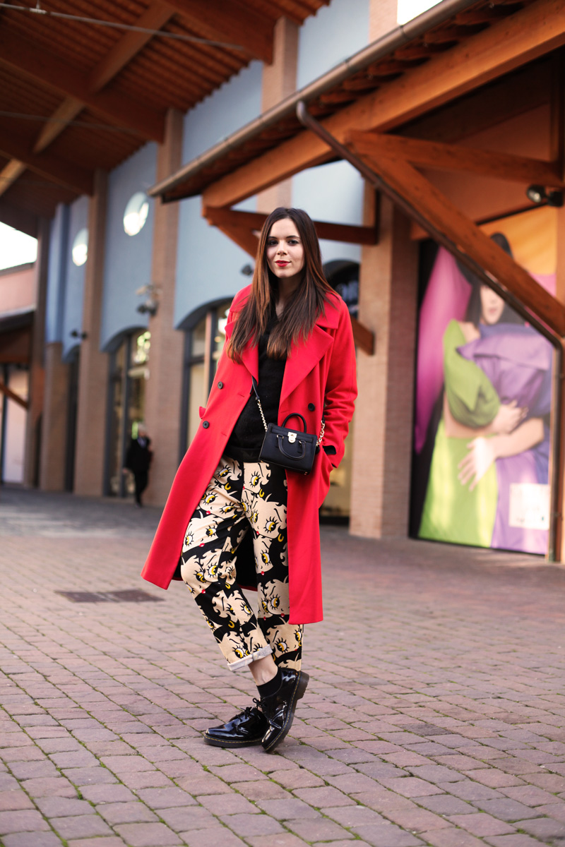 outfit valdichiana outlet village cappotto rosso mini bag michael kors pantaloni cartoon sheinside scarpe dr martens