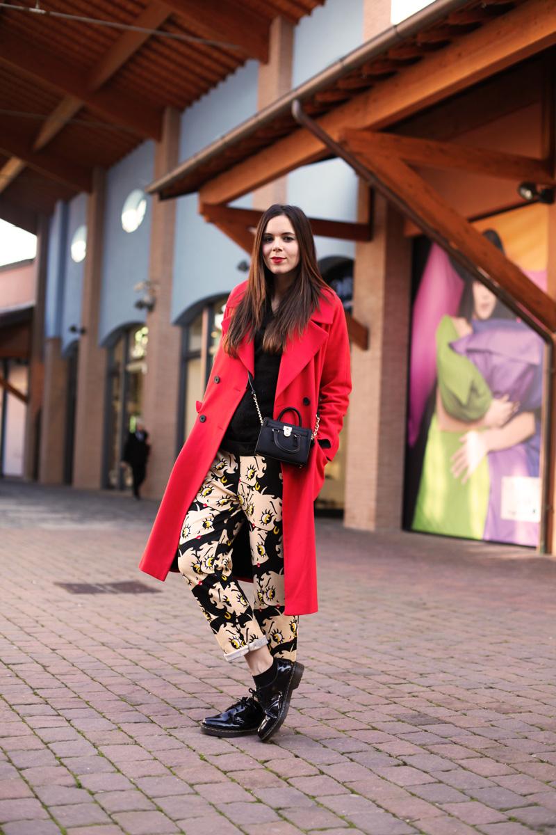 outfit valdichiana outlet village cappotto rosso mini bag michael kors pantaloni cartoon sheinside scarpe dr martens