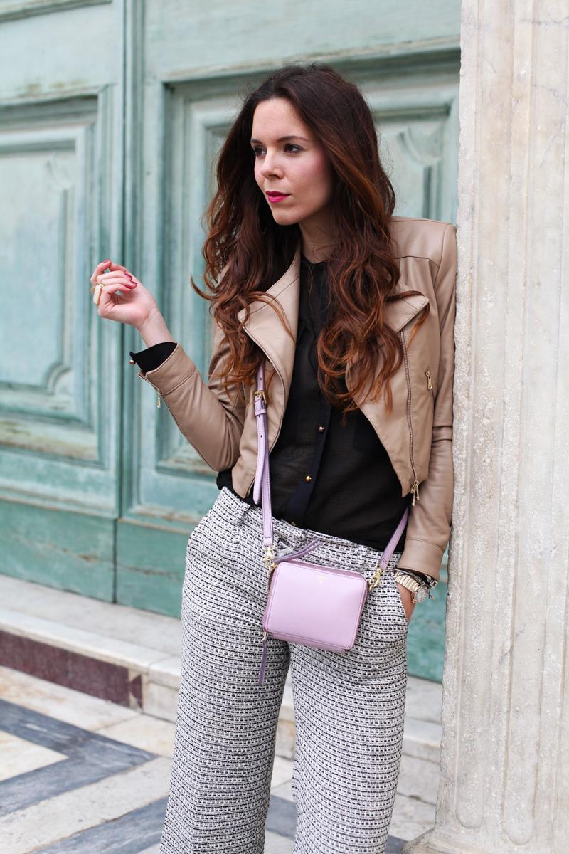 irene colzi | dettaglio outfit | giacca di pelle marrone | borsa lilla