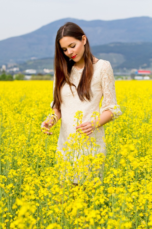 Vestito in pizzo bianco ed un mare di fiori gialli