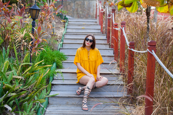 vestito arancione e sandali alla schiava