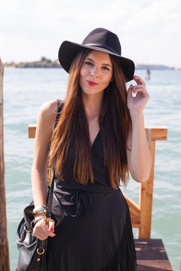 outfit con cappello nero