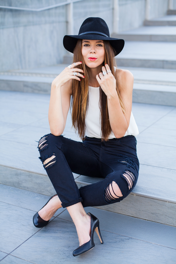 jeans strappati neri look